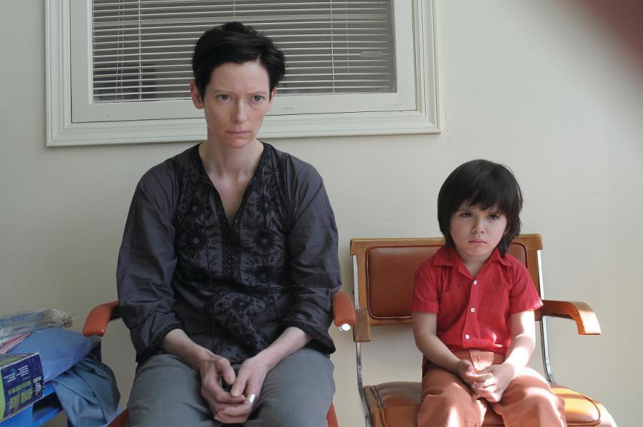 El inexpresivo rostro de Eva y el rostro lleno de rencor de Kevin. Fotografía cortesía Cine Colombia.
