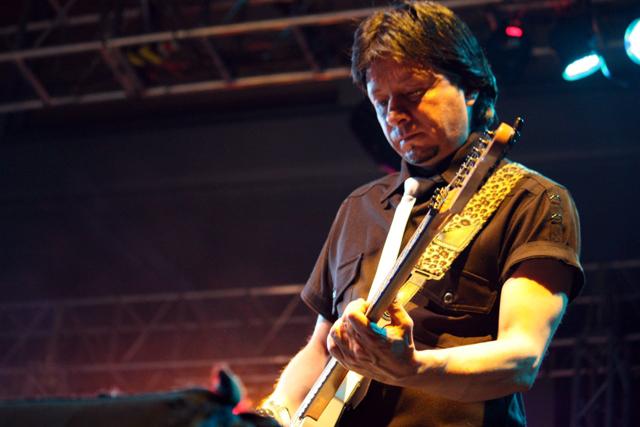 Francisco Nieto guitarrista de la Derecha. Fotografía Gina Navarro
