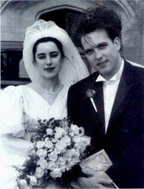 Mary Poole y Robert Smith durante su boda. Fotografía tomada de http://www.tumblr.com
