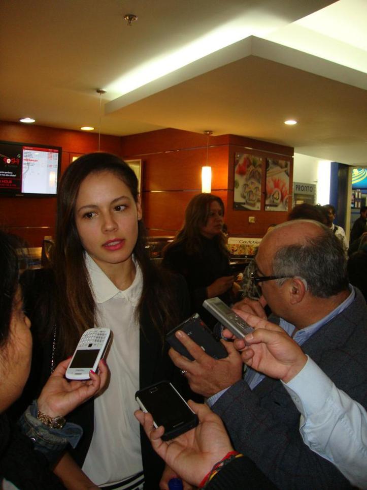 Martina García atendiendo a los medios en el ensayo de prensa de 'Operación E'. Fotografía Manuel Estévez.
