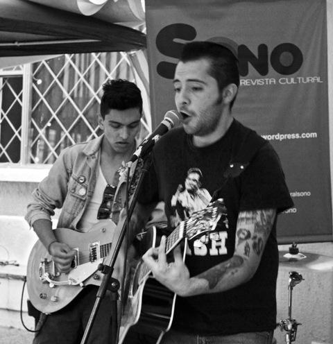 Mauricio Vela, vocalista y guitarrista de Salidos de la Cripta. Fotografía por Gina Navarro.